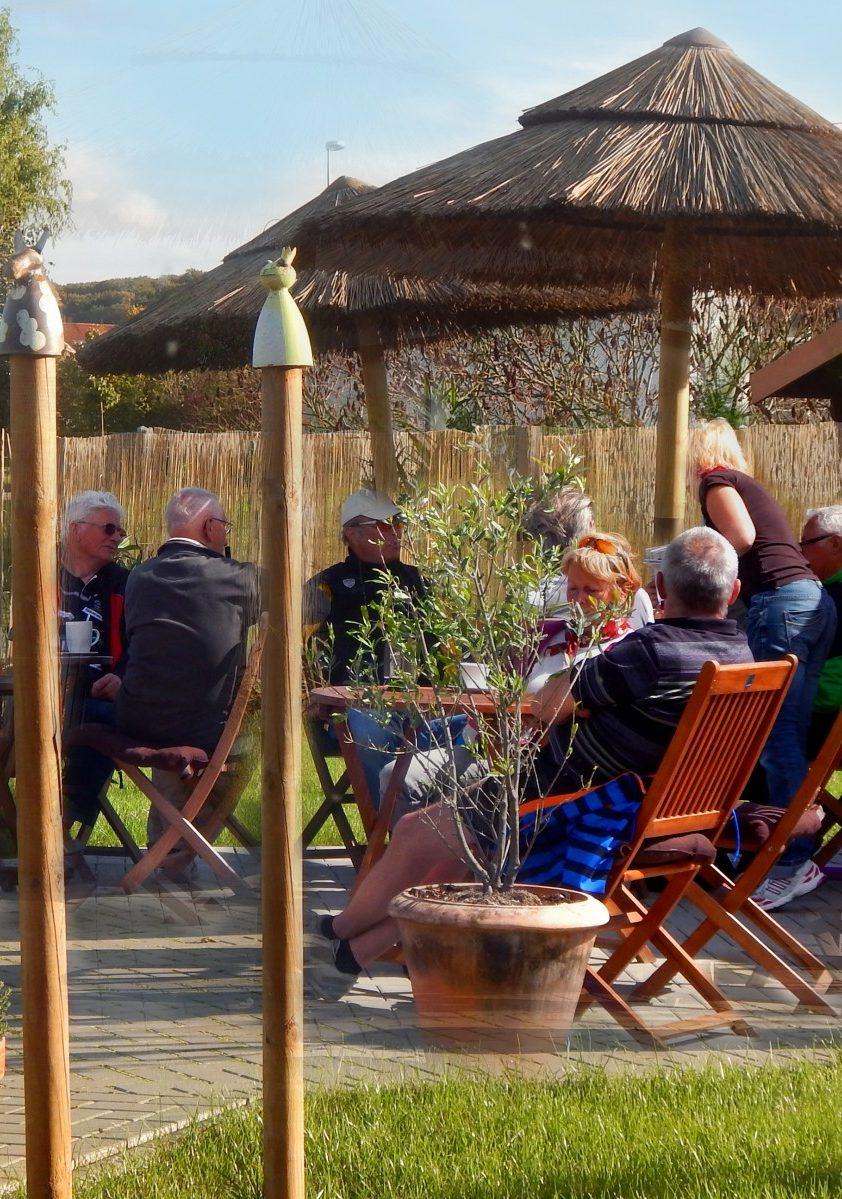 Außensitz mit Gästen