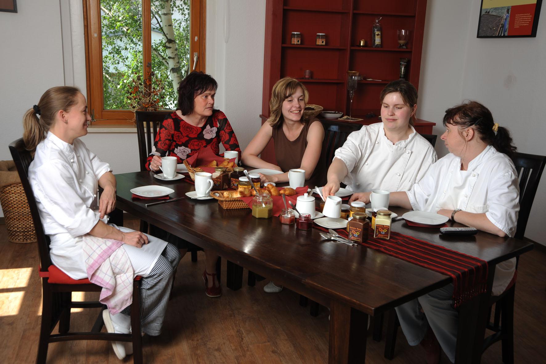 Die Goethe Schokothaler Manufaktur  v.l.: Christiane Kuhwald, Karin Finger (Chefin), Juliane Finger (Tochter) Anke Huehn, Susann Bartl  Bad Frankenhausen   15.05.2008   Foto: Nikola   Text: Hoernle
